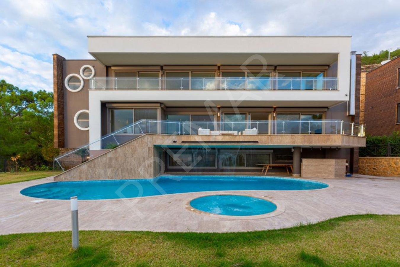 Bektaş Mahallesinde  5+2 3 Katlı Lüks Satılık Villa