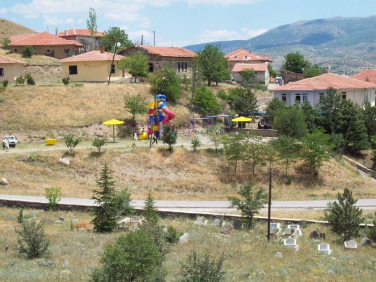 Kazan Uçarı Köyünde Ana Yol Kenarı 8.650 M2 Emsalsiz Bahçe+tarla+ev