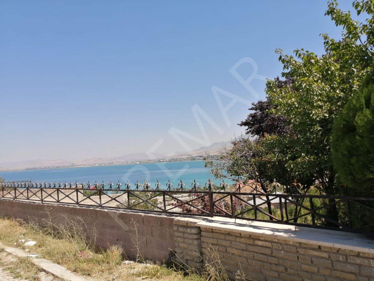 Edremit'te Eşsiz Göl Manzaralı Satılık Arsa